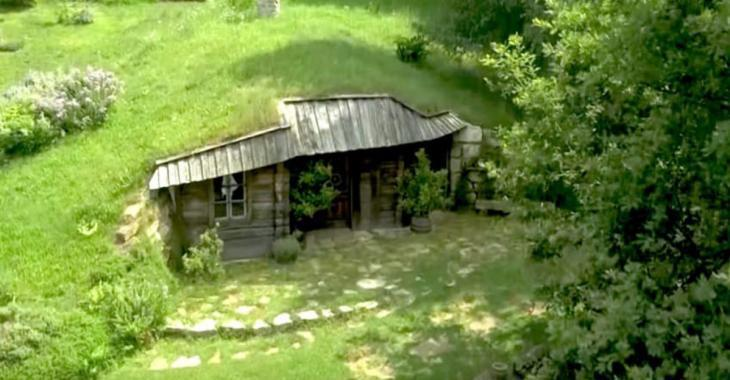 on dirait une colline bien ordinaire mais en dessous se cache une adorable maison de