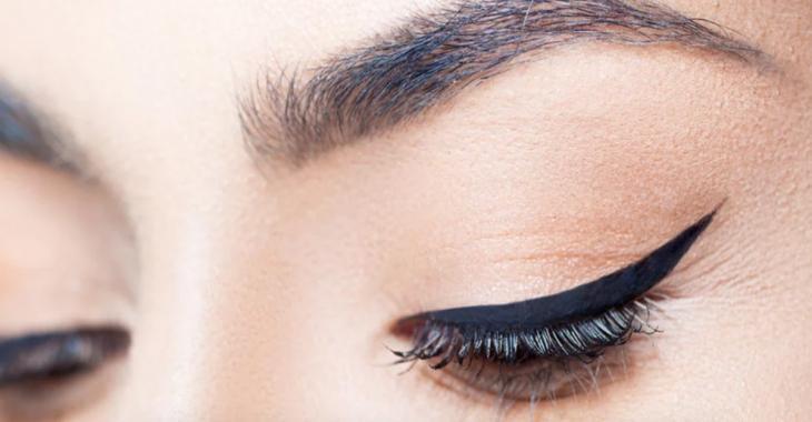 Astuce maquillage - Réussissez un œil-de-chat parfait chaque fois grâce à ce truc infaillible!