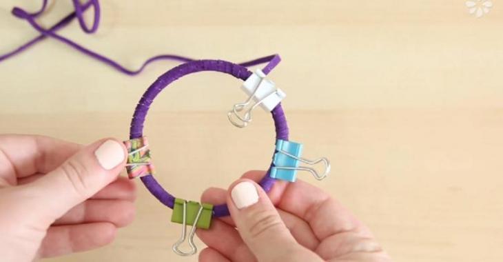 Elle débute son projet en recouvrant des anneaux! Attendez de voir ce qu'elle en fait!
