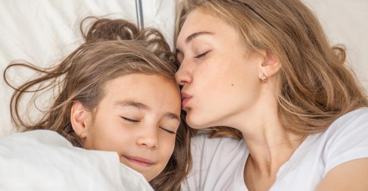 Vous allonger avec vos enfants jusqu'à ce qu'ils s'endorment n'est pas une mauvaise habitude