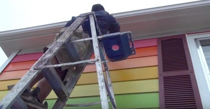 Un homme peint une maison aux couleurs de l'arc-en-ciel et ça ne plait pas à tout le monde