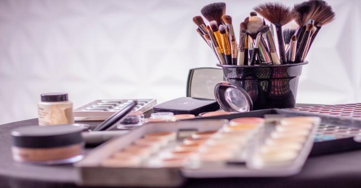 9 objets abordables qui vous aideront à garder vos produits de beauté bien organisés