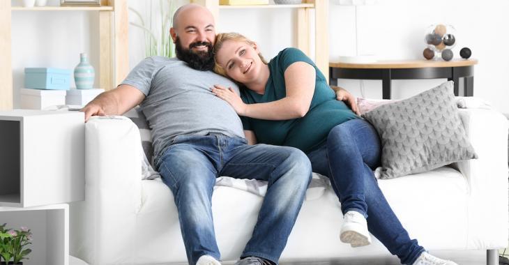 Selon une étude, être heureux en couple ferait grossir!