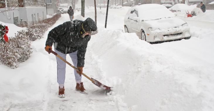 9 trucs qui vous permettront de  pelleter la neige sans vous blesser