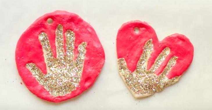 Brico enfant: un bel ornement d'empreinte de main en pâte à sel!