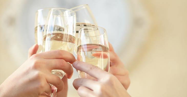 Selon une recherche, le fait de boire du champagne chaque jour aiderait à prévenir la démence et la maladie d'Alzheimer