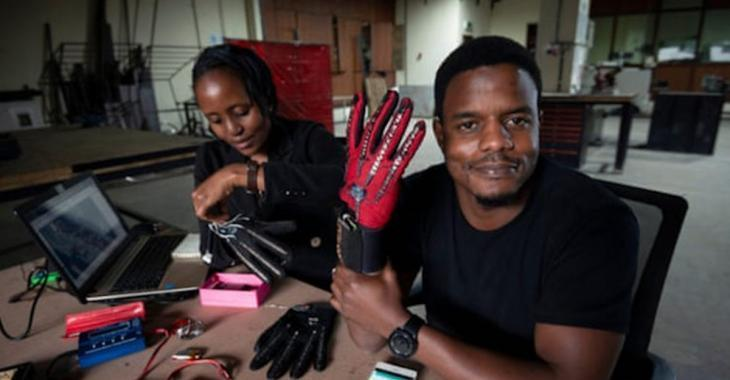 Ce jeune homme de 25 ans a inventé des gants qui traduisent le langage des signes