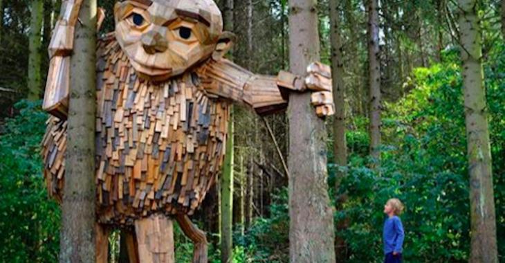 Un artiste réalise des sculptures géantes et les cache dans la nature environnant Copenhague