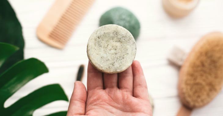 Et si on fabriquait nos propres shampoings solides, à la maison ?
