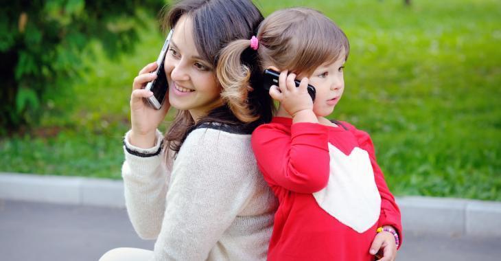 D'après la science, la voix d'une mère au téléphone est aussi rassurante qu'un câlin!