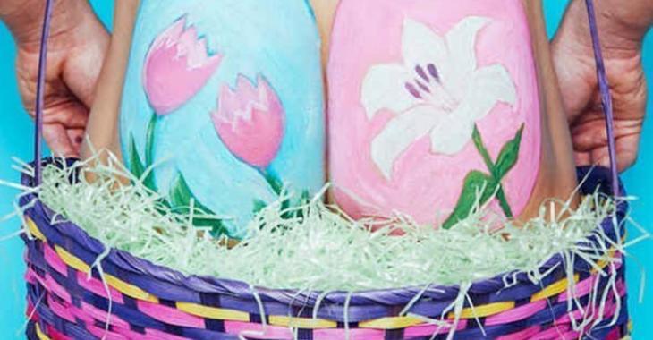 La nouvelle tendance de Pâques et de peindre des oeufs sur ses fesses