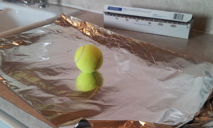 Elle enveloppe une balle avec du papier d'aluminium: son astuce lui permet d'économiser des $$$!