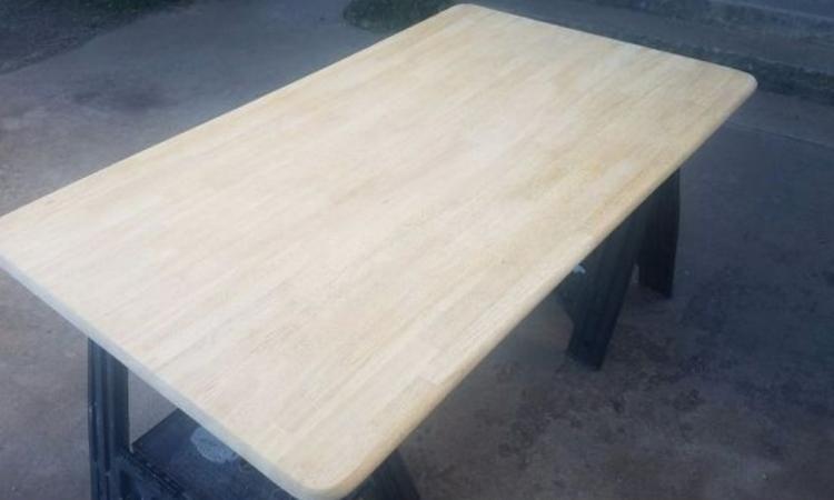 Elle peint le dessus de sa table en bois et quand elle a fini, on est ébahi par la transformation!