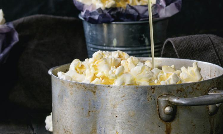 Il avait envie d'un dessert sucré-salé. Ce qu'il ajoute à son plat de popcorn est tellement surprenant!