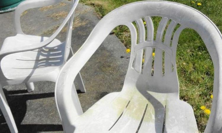 Ses chaises blanches avaient mal vieilli: elle leur a donné une cure de jeunesse remarquable!