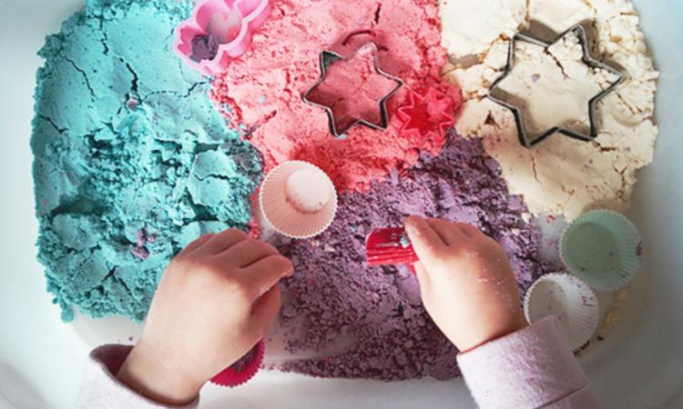 Savez-vous comment faire du sable cinétique pour une fraction du prix en magasin?