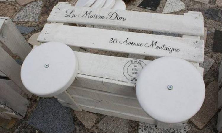 Elle vis 4 rondelles de bois sur une veille caisse et peint tout en blanc! Son projet est tellement beau que les voisins en sont jaloux!